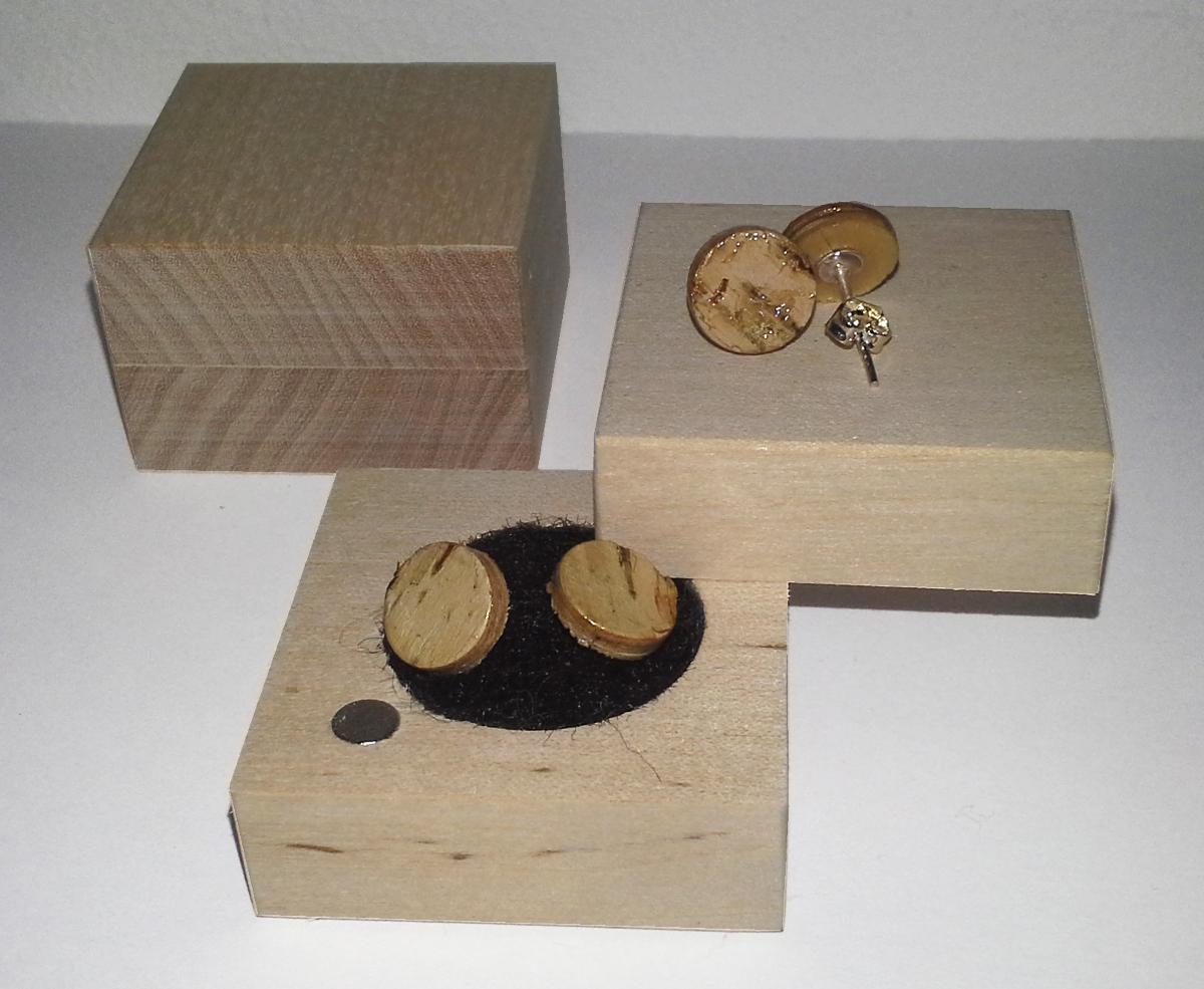 Korvakoru, 10mm. Materiaalit, koivuviilu ja tuohi. Rasia valmistettu koivusta, magneetti kiinnitys.